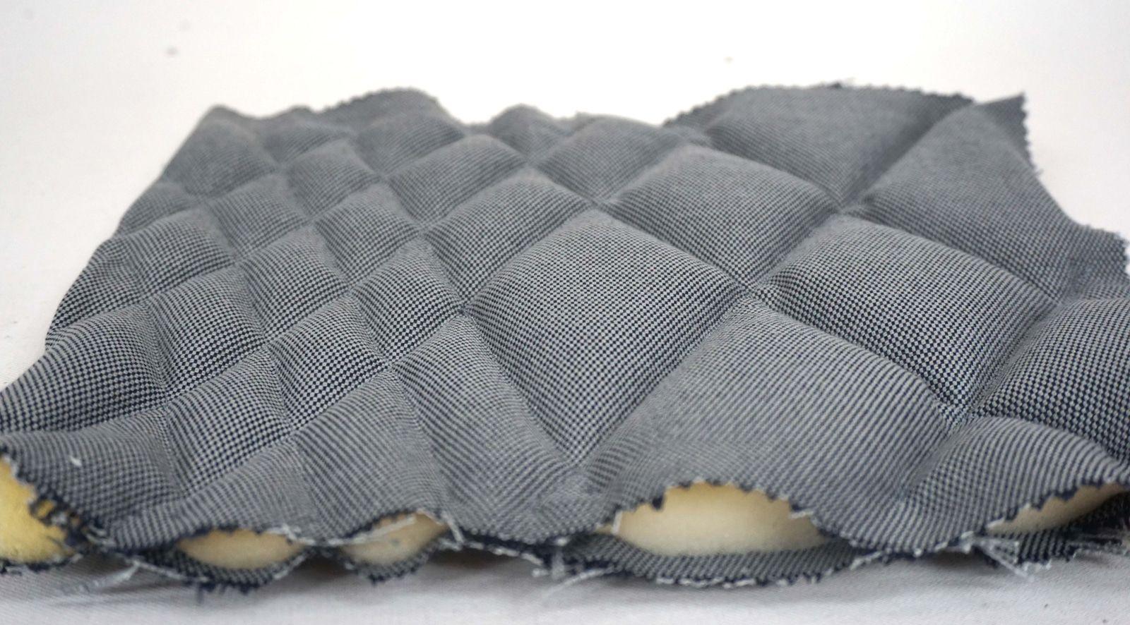 Detail maquette de mousse surpiquee – Losanges irreguliers – Tissu coton gris acier