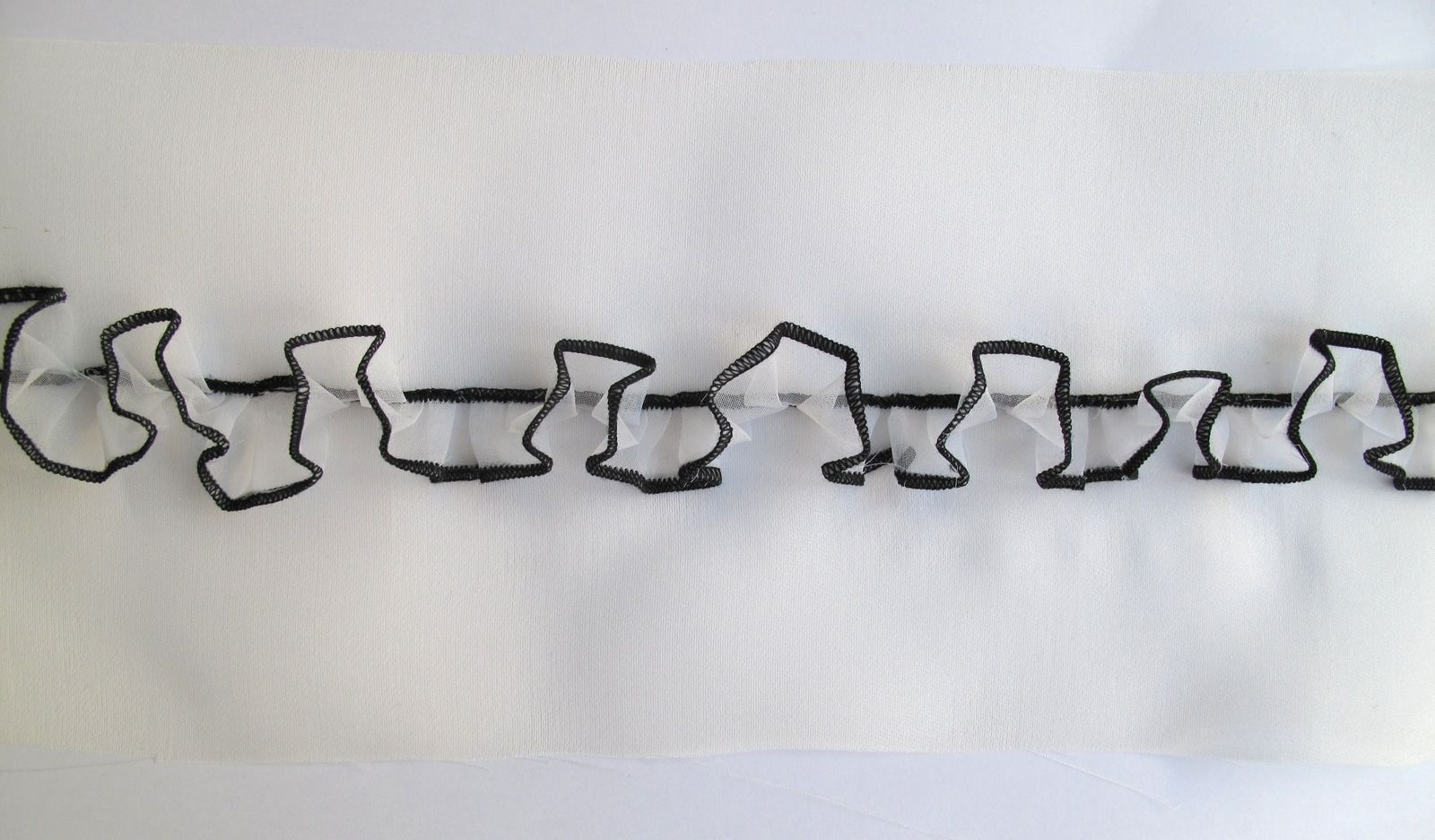 Essai studio – Broderies Louis Vuitton – Petit froufrou organza – Printemps-été 2011