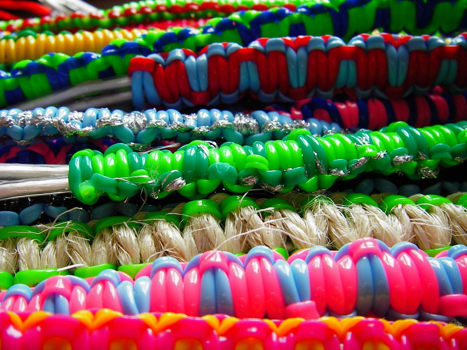 Realisation bracelet en scoubidou – Multicolore – Yazbukey – Printemps-ete 2012 – 2