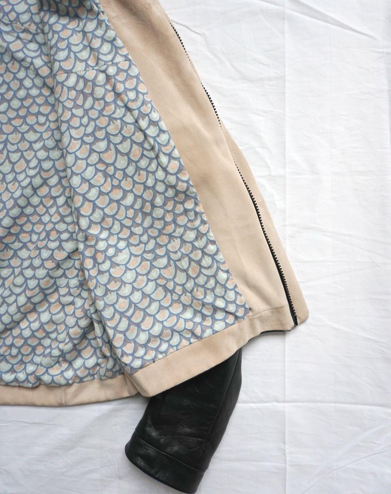 Realisation patronnage – toile – modele final – Sur-mesure – Veste en cuir d agneau napa – Femme – Noire – Doublure imprimee – Detail de montage parementure et doublure