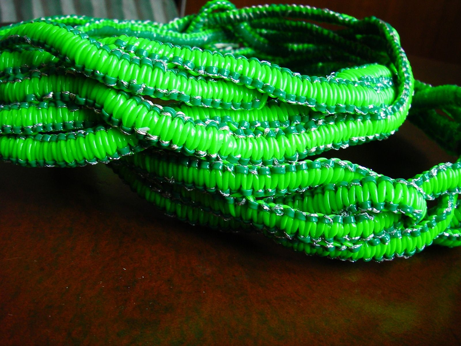 Realisation serpent en scoubidou – Verts et lurex – Yazbukey – Printemps-ete 2012