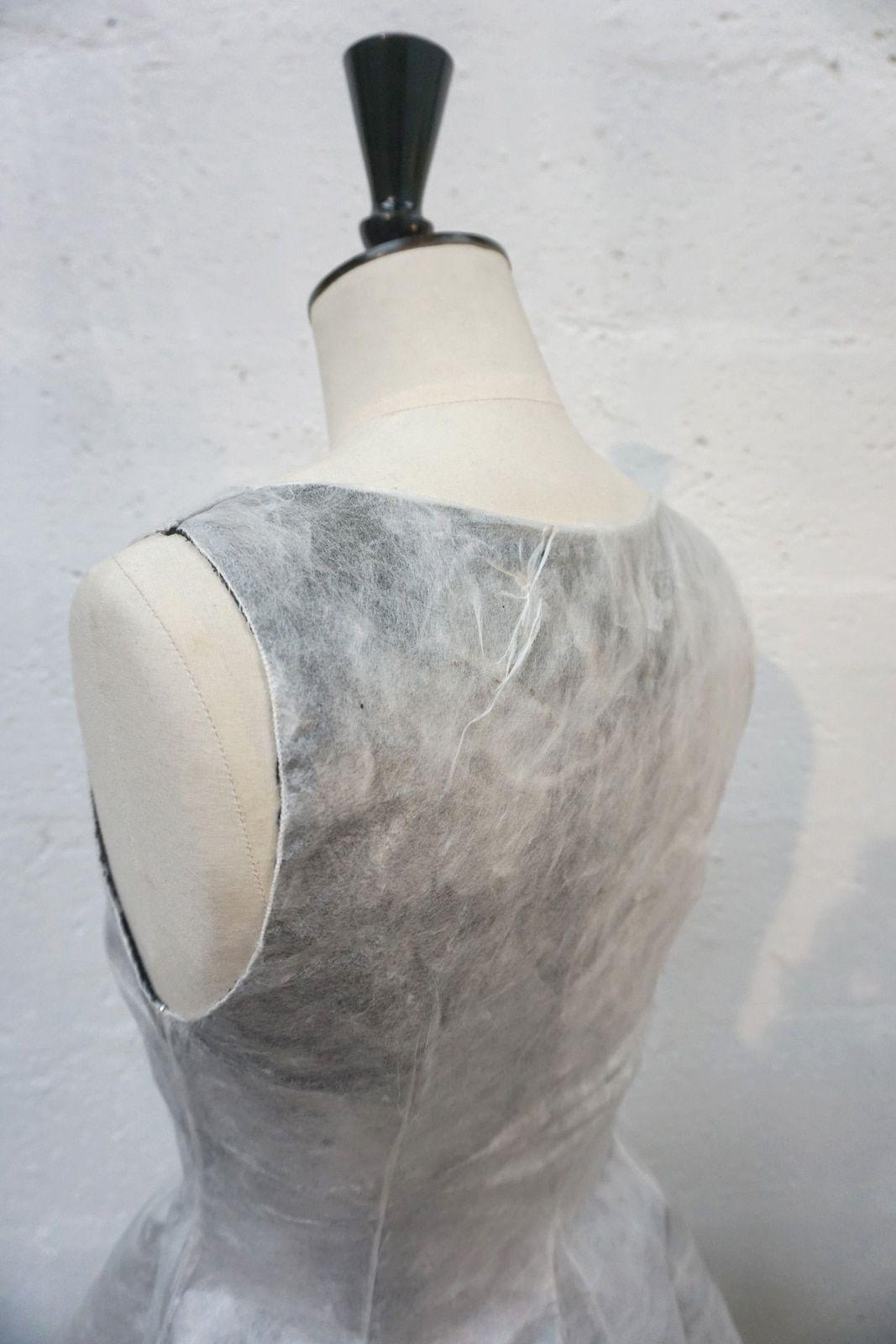 Robe en soie non tissee – Matiere Sericyne et doublure ponge de soie noir – Modele sur-mesure toile protoype et final – Collaboration Sericyne – Detail