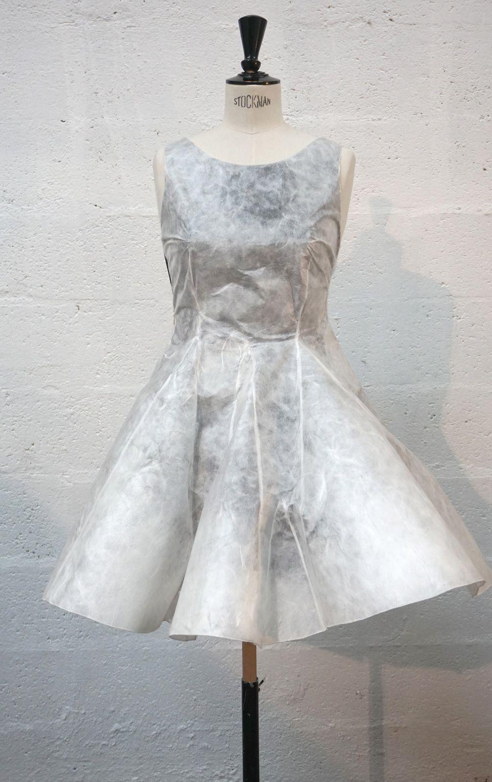 Robe en soie non tissee – Matiere Sericyne et doublure ponge de soie noir – Modele sur-mesure toile protoype et final – Collaboration Sericyne – 1