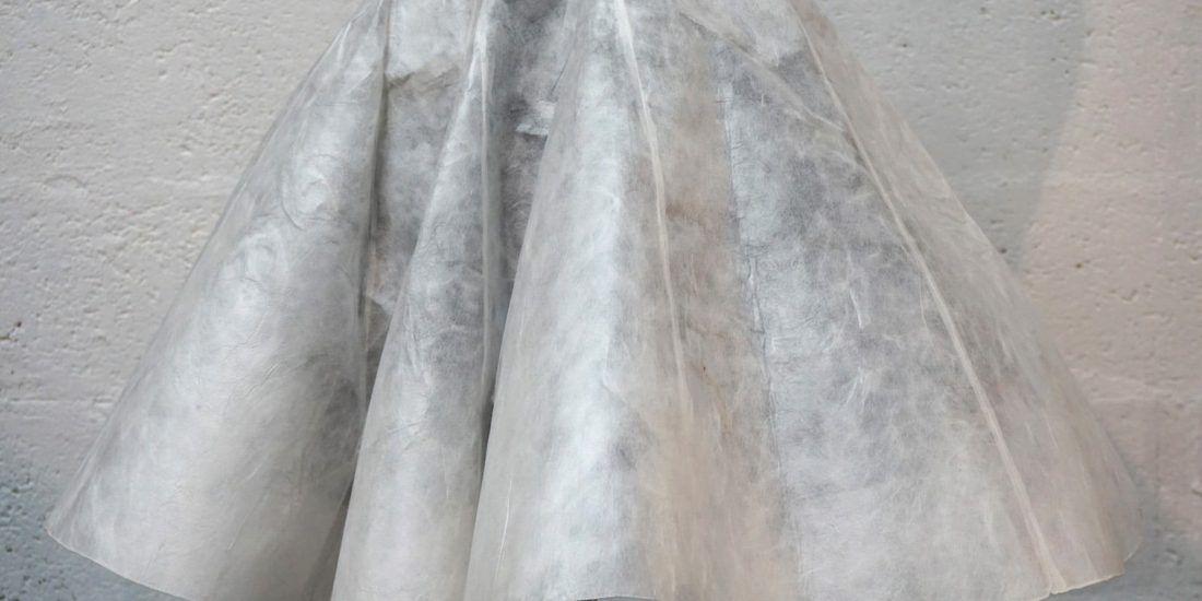 Jupe en soie non tissee - Matiere Sericyne et doublure ponge de soie noir - Modele sur-mesure toile protoype et final - Collaboration Sericyne