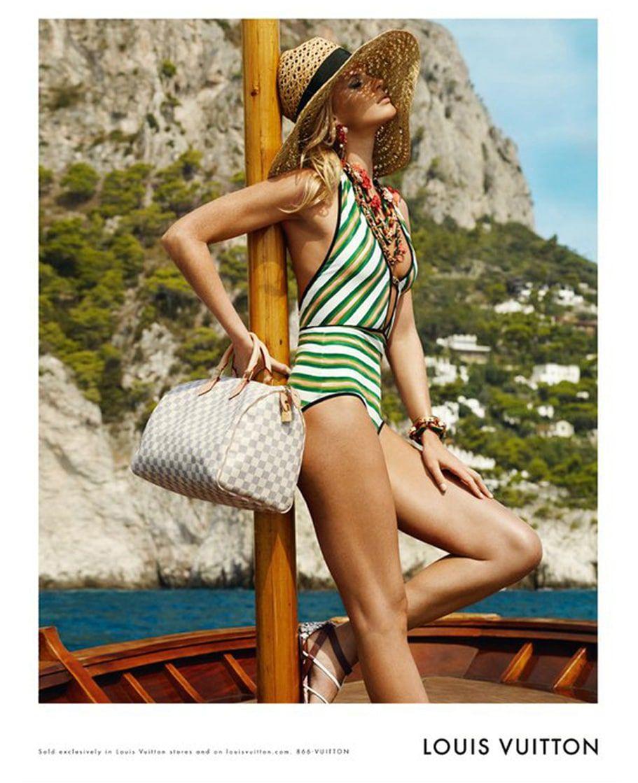 Photo publicite – Accessoires Louis Vuitton – Chapeau de paille et oeillet LV – Croisiere 2010 – 1