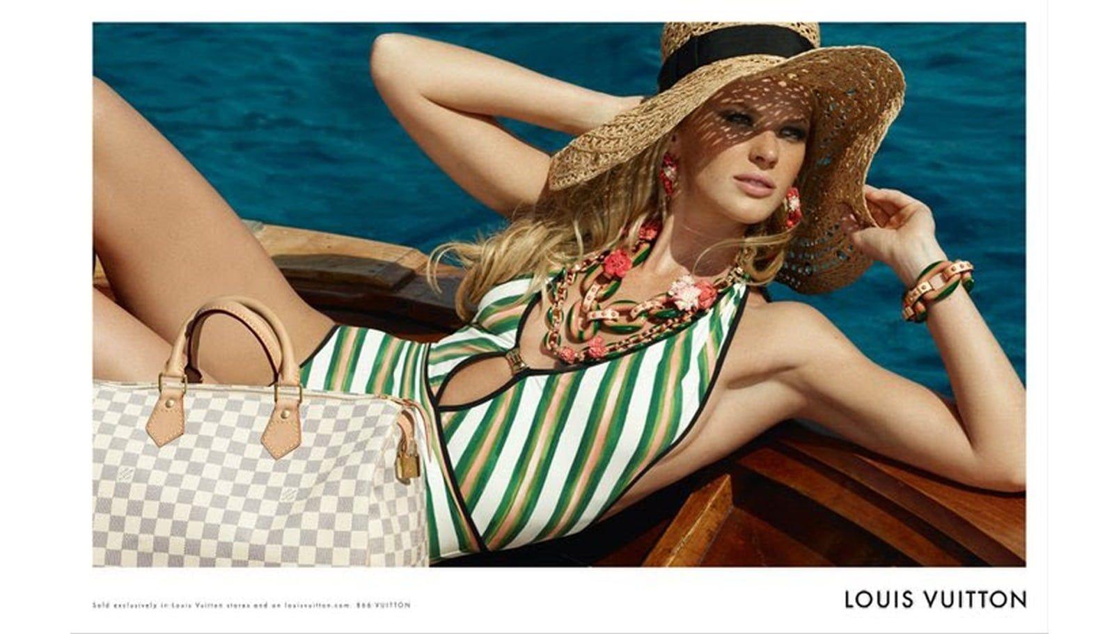 Photo publicite – Accessoires Louis Vuitton – Chapeau de paille et oeillet LV – Croisiere 2010 – 2