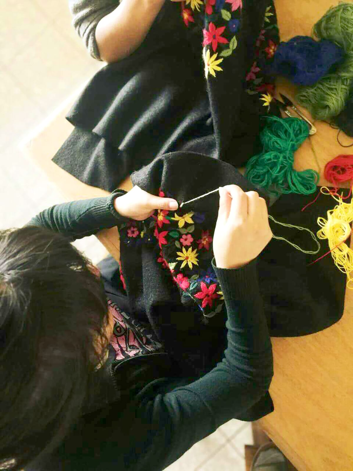 Broderies faites a la main au Perou – Collection printemps ete 2019 – Bomber Bosque Tropical – 100 pour 100 Baby alpaga – Fleurs brodees main au Perou – Yacana