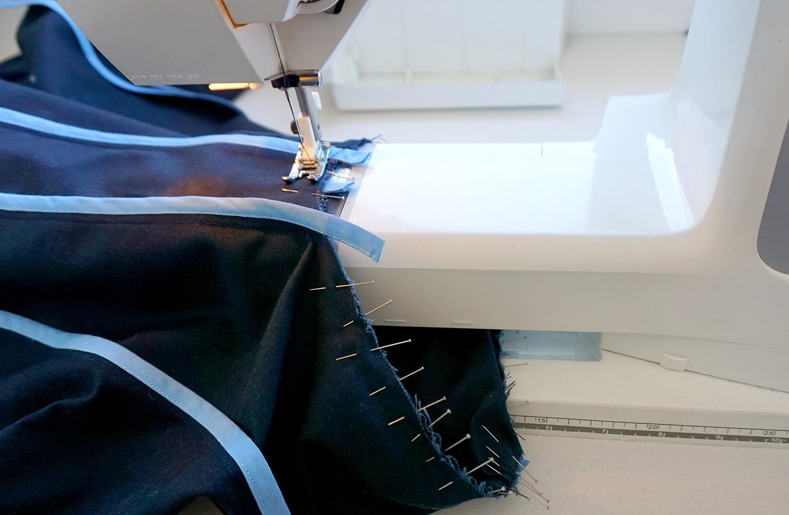 Montage de la manche – Travail en cours machine a coudre – Veste – Projet Bleu – Studio sur-mesure