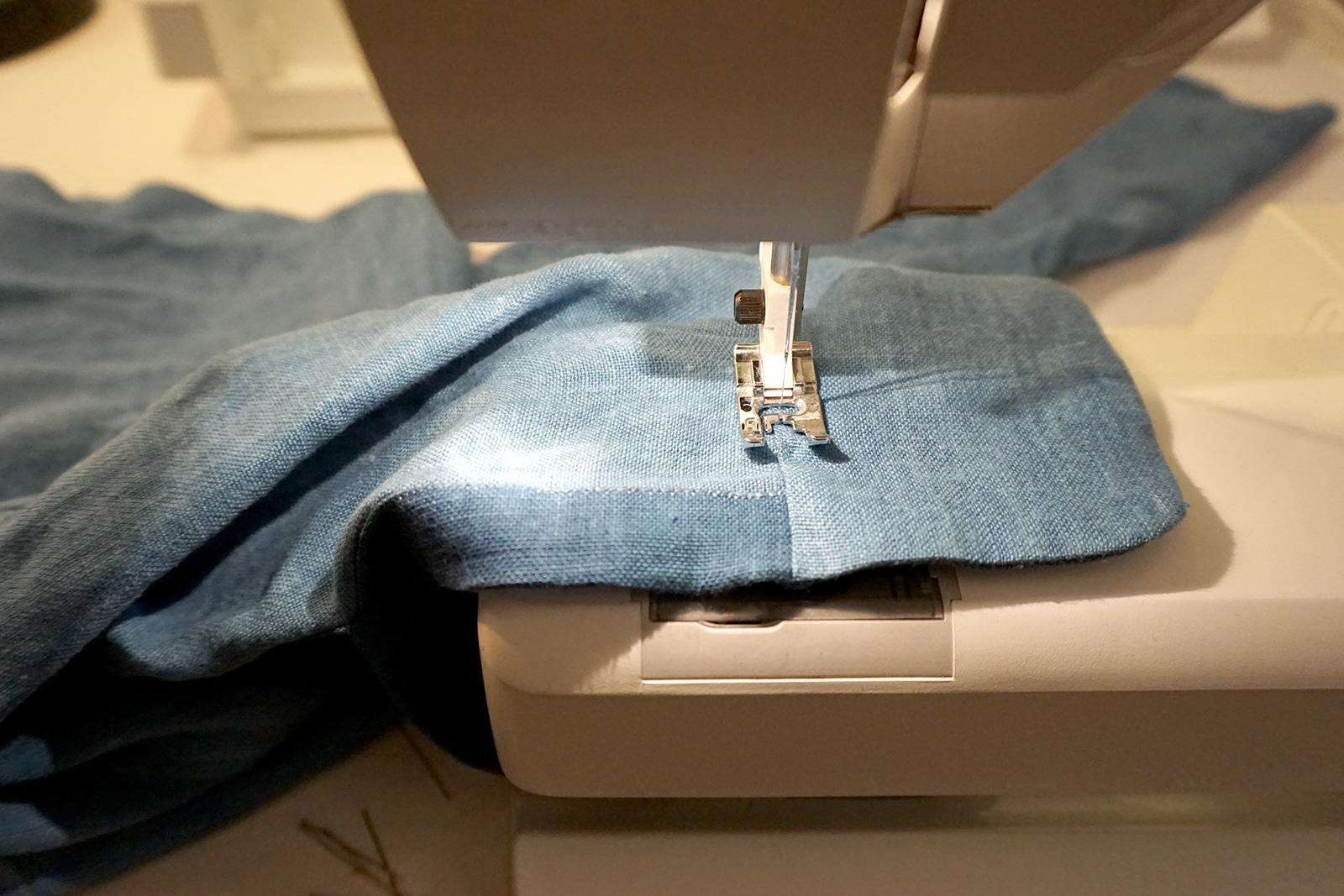 Surpiqure de poignet – Travail en cours machine a coudre – Chemise – Projet Bleu – Studio sur-mesure